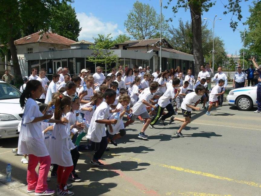 Спортуващи деца на маратон   LuckyFit