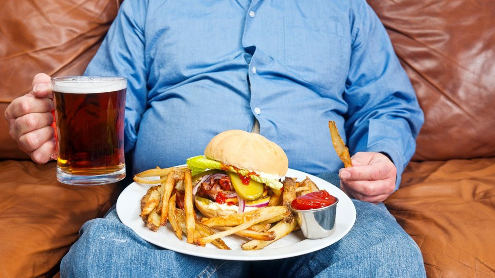 Fastfood in front of TV | LuckyFit