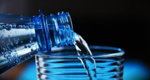 This is one of the most interesting and extensive topics we can think of. It will take us a long time to fully explain it and we will probably miss something again. Drinking water is one of the first skills we learn in our lives, but it turns out that most of us have never been able to learn how to use it successfully. Before we talk about when and how much water to drink, let's think about how valuable it is. Water is one of the most important factors for sustaining life on Earth. It is a well-known fact that it is impossible without water. It makes up 70% of the human body and is just as important as oxygen. It is the most natural and healthy thing we consume. It not only quenches the thirst of every cell, but also cleanses the harmful ** toxins **. All life processes in the human body are dependent on water. It helps to: • metabolism. • dissolves food groups. • helps to remove waste products from the body. • thus water is an environment in which many biochemical processes take place. We answered the question of how important water is, but there are still many mysteries. One of them is how much water we should drink per day. We can look at the issue in several ways. One of them is that it is depending on age. The amount of water in the bodies of babies and children is greater than that of adults. Gender also matters. Women have a lower percentage of water than men. The daily intake of water by a person of normal weight is calculated according to his weight. Overweight people have a lower percentage of water than normal people. Large amounts of body water people lose in their daily activities, through sweating and because of the functions of the kidneys and intestines. They must be obtained back. Otherwise the body is not hydrated and this can lead to drying of the body. Dehydration is expressed by: • nausea • dryness in the oral cavity • dry lips • cracking of the skin and even rashes (in rare cases). Most people can tolerate a 3-4% drop in total body water withou
