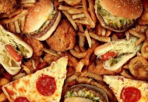 Защо е по-добре да изхвърлите някои продукти и да включите други в ежедневната си диета? Постепенното отхвърляне на нездравословната храна ще ви помогне да загубите излишни килограми и да се почувствате здрав и щастлив човек. Не е необходимо да гладувате и да редувате модерни диети, без траен ефект за фигурата ви. Добре е да си съставите списък не само с полезните продукти, а и с вредните. Това са храните, които трябва да изключим от менюто си при отслабване. Видове храни, които вредят за отслабване Какви храни трябва да се елиминират от диетата, за да отслабнете? Противно на общоприетото схващане, не е достатъчно да се откажете от много въглехидрати, за да започнете бързо да отслабвате. Списъкът с храни може да ви се стори изненадващо дълъг, но нито една от храните в него не е жизненоважна. За всичко можете да намерите здравословни и еднакво вкусни алтернативи. Така че, за диетата ви е добре да се откажете от следните продукти: Храни с подобрители на вкуса и изкуствени оцветители Съвременната реклама се научи да позиционира дори нездравословните продукти като полезни. Внимателното проучване на етикета ще ви помогне да избегнете попадането на тези трикове. Не бъдете мързеливи, за да прочетете състава – ако има трудни за произнасяне имена и буквено-цифрови индекси, трябва да внимавате, защото зад тях в много случаи се крият всякакви химически добавки. Като правило, колкото по-прости са компонентите и колкото по-малък е техният брой, толкова по-естествен е продуктът. Храните с изкуствени оцветители изглеждат по-апетитно и ви привличат, а подобрителите на вкуса ви карат да консумирате все повече и повече. Сладкарски изделия Торти, сладкиши, вафли и други продукти от брашно и захар са вкусни и примамливи, но и много вредни. Съдържат огромното количество захар и въглехидрати и са истинска калорийна бомба. Ако не можете да си представите живота без сладкиши, можете да замените вредните с полезни: бисквити с овесени ядки мед сушени плодове истински черен шоколад Рафинирани